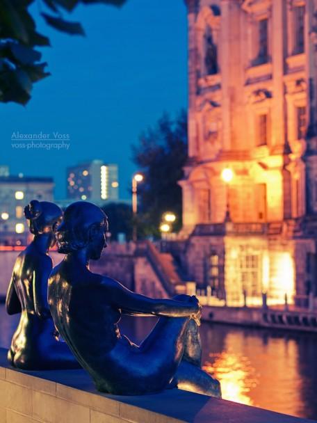 Berlin - DomAquarée bei Nacht, Skulptur an der Spree