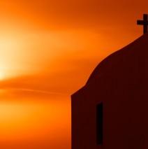Amorgos, Griechenland – Eine Kykladen-Kirche im Sonnenuntergang