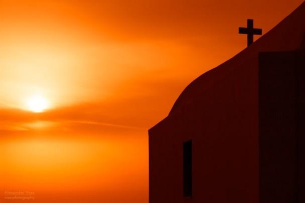 Amorgos, Griechenland - Eine Kykladen-Kirche im Sonnenuntergang.