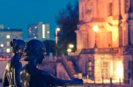 Berlin – DomAquarée bei Nacht, Skulptur an der Spree