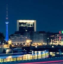 Berlin – Fernsehturm bei Nacht / Skyline