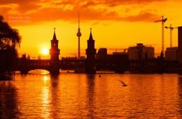 Berlin – Skyline im Sonnenuntergang / Oberbaumbrücke