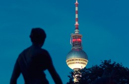 Berliner Fernsehturm bei Nacht