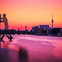 Berlin – Skyline im Sonnenuntergang / Molecule Man