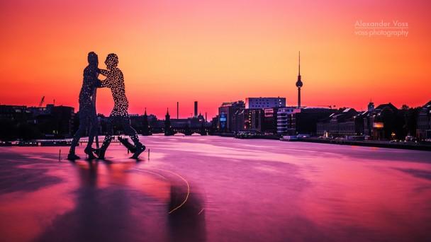Berlin - Skyline im Sonnenuntergang / Molecule Man