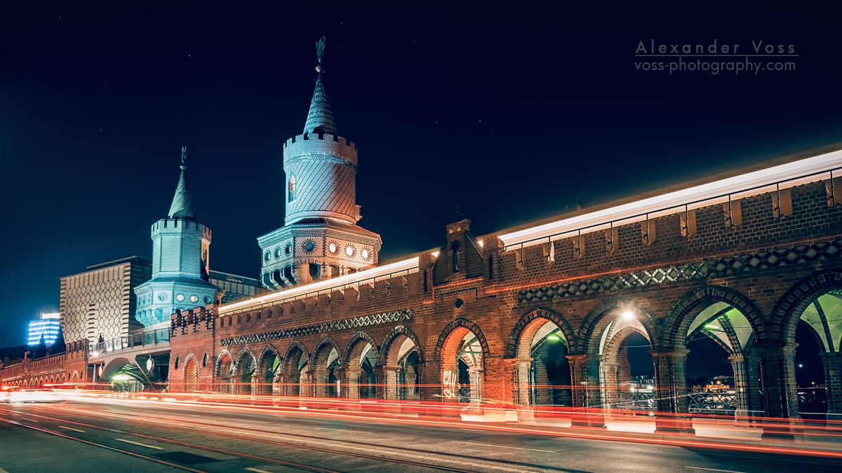 Berlin bei Nacht: Oberbaumbrücke mit Lichtspuren