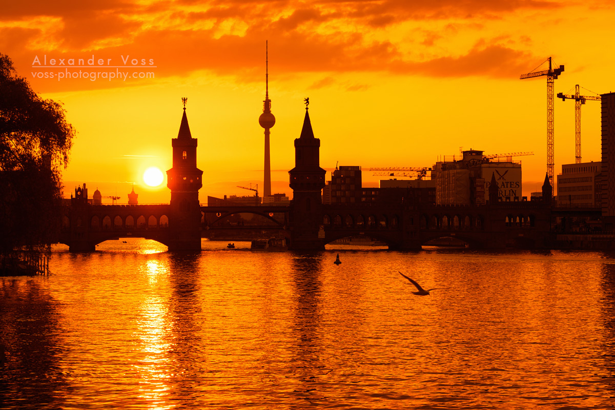 Oberbaumbrücke Berlin - Skyline im Sonnenuntergang